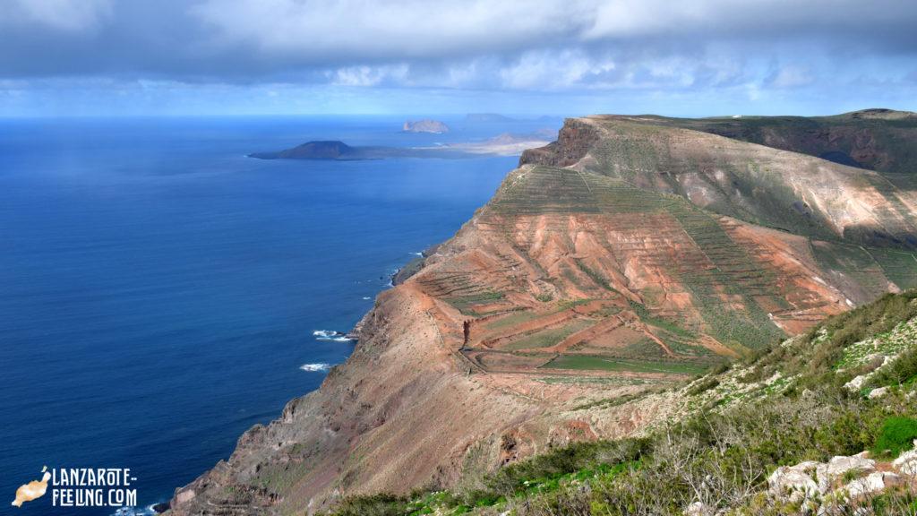 Hiking on Mta, Aganada with views to La Graciosa